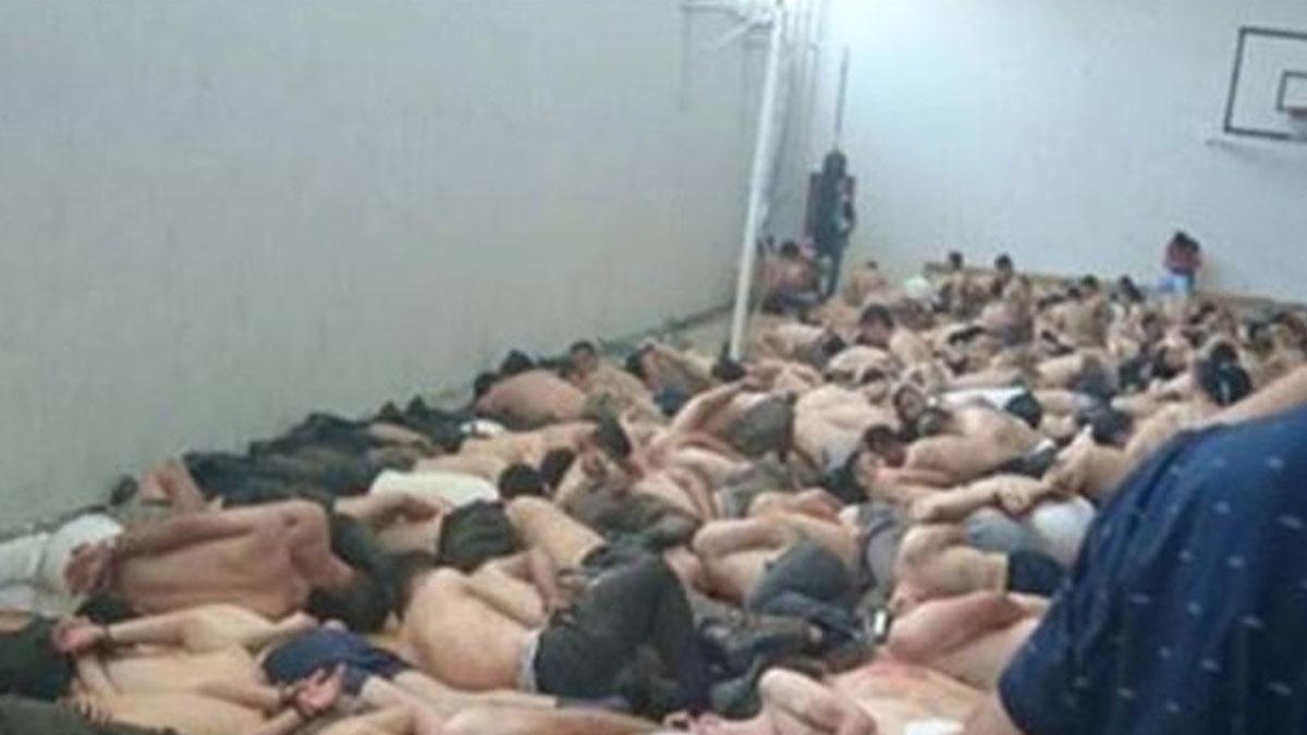 Militares golpistas esposados y desnudos tras ser detenidos.