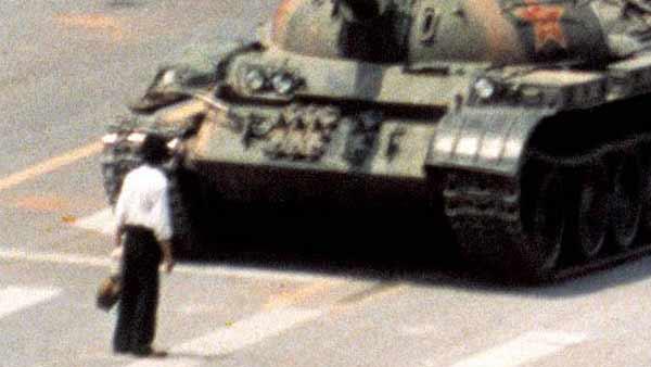 Un estudiante chino ante un tanque en los incidentes de la plaza de Tiananmen