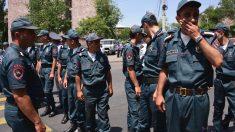 Policías armenios establecen un cordón de seguridad en torno a la comisaría. (Foto: AFP)