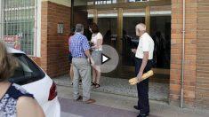 Entrada al domicilio de la mujer asesinada por su marido. (Foto: EFE)