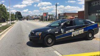 Un coche de la policía de Baltimore corta una calle cercana al restaurante.