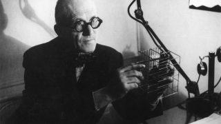 Le Corbusier explicando su método de construcción (Getty)