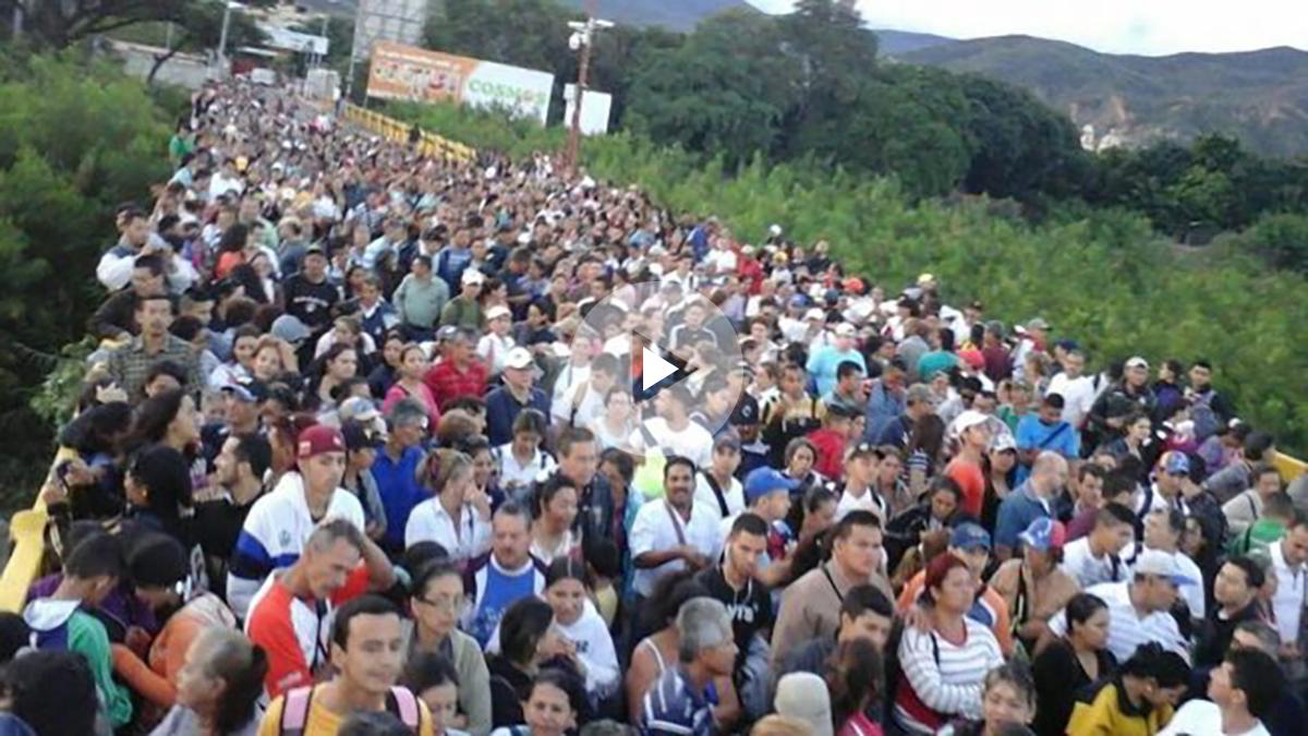 Cientos de venezolanos cruzan a Colombia por el puente de Ureña.