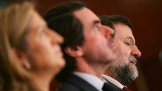 Ana Pastor, José María Aznar y Mariano Rajoy, en un acto de FAES. (AFP)