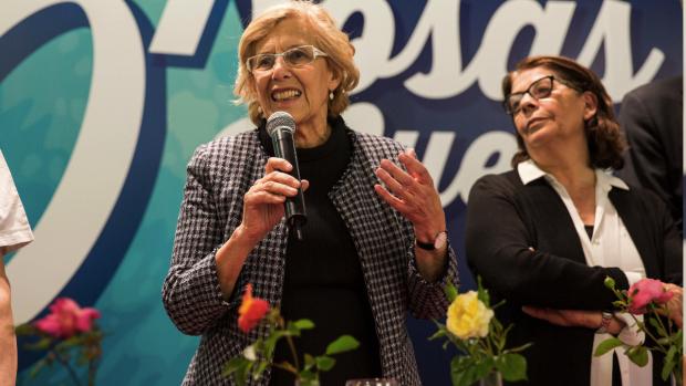 La alcaldeas Carmena con Inés Sabanes (Medio Ambiente) en un concurso de rosas. (Foto: Madrid)
