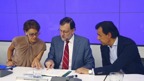 El presidente del Gobierno en funciones, Mariano Rajoy, junto a Maria Dolores de Cospedal y Fernando Martínez-Maillo en la junta Directiva Nacional del PP. (Foto: EFE)