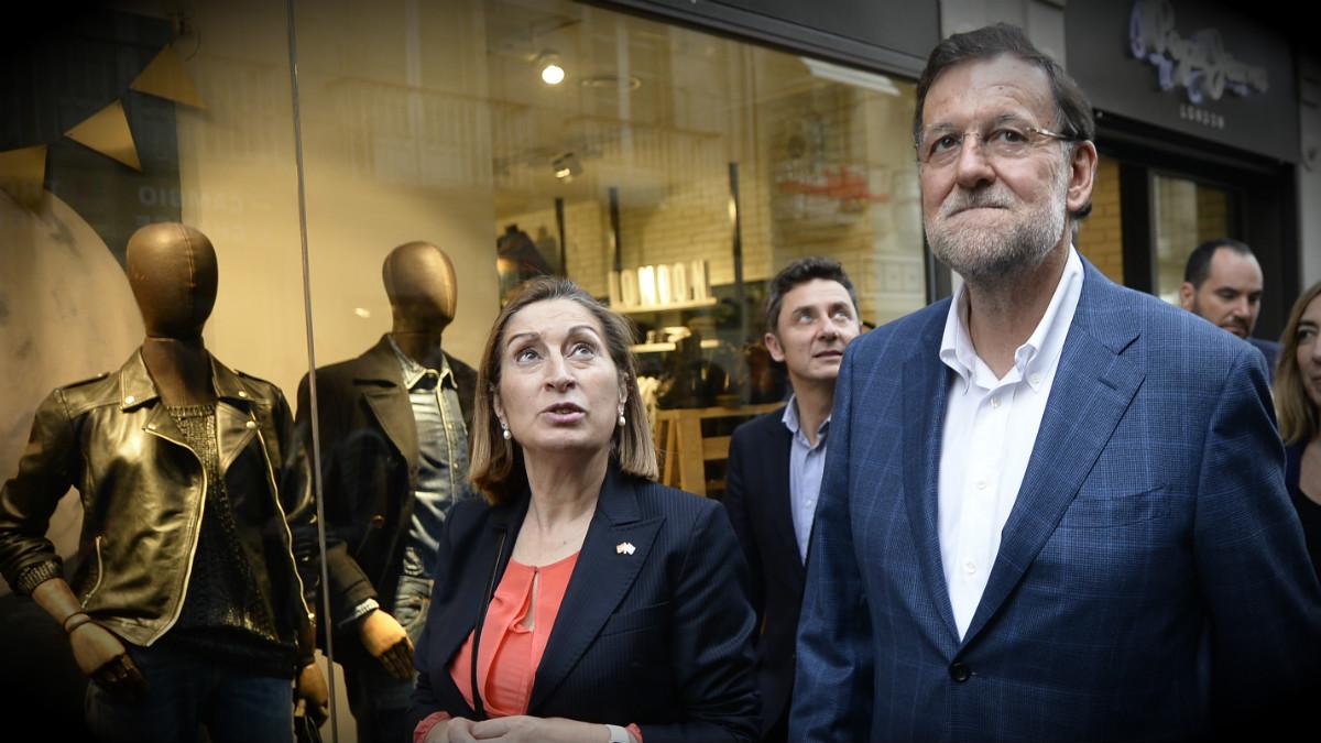 Ana Pastor y Mariano Rajoy, en las calles de Vigo, Pontevedra. (AFP)