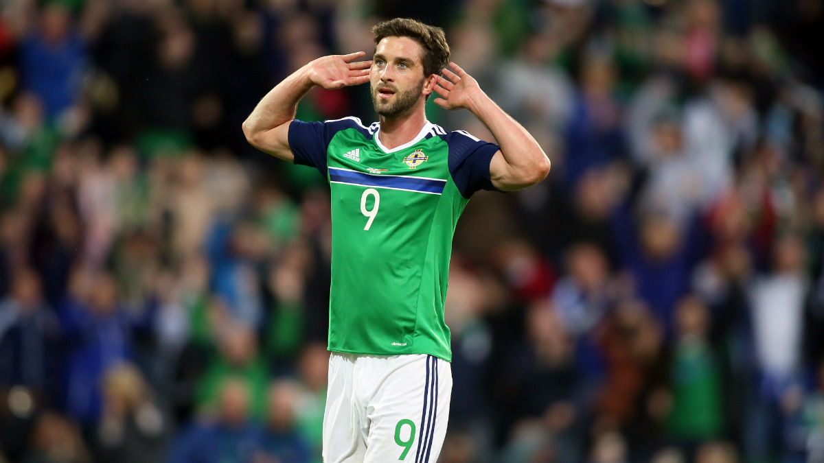 Will Grigg durante un partido con Irlanda del Norte. (AFP)