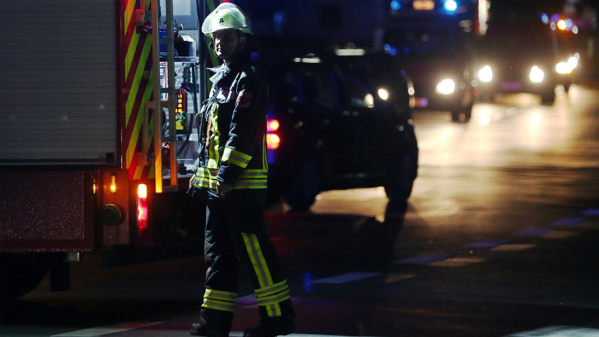 Un miembro de los equipos de emergencias, junto al tren alemán atacado en Wurzburg, Baviera. (AFP)