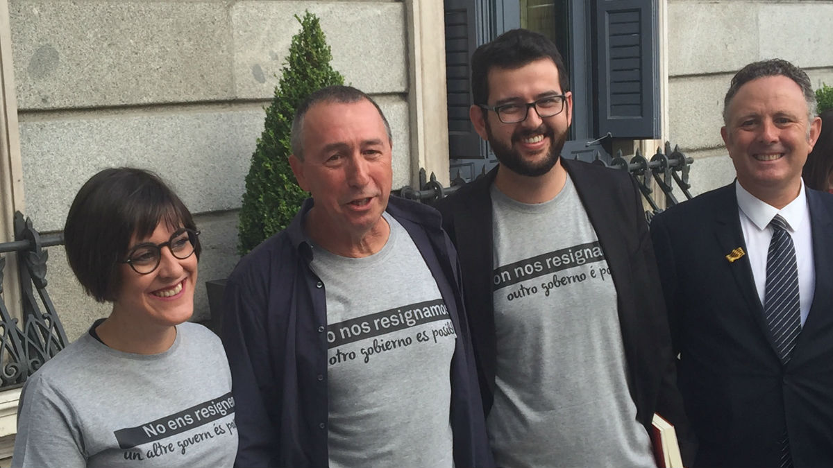 Los diputados de Compromis llevan camiseta reivindicativa al Congreso. (Foto: Nuria Val)