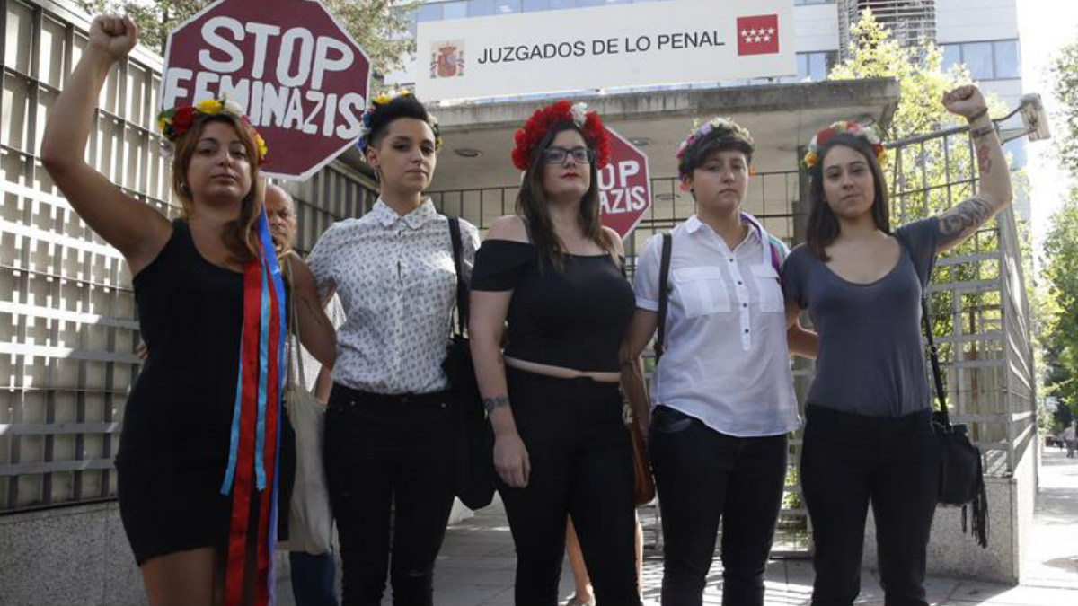 Las cinco acusadas, pertenecientes a la organización 'feminazi' FEMEN, por desnudarse en una marcha antiabortista. (Foto: EFE)
