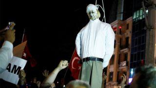 Seguidores de Erdogan ahorcan a un Fetulá Gulen de mentira en Turquía (Reuters)