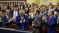 Los senadores populares Pedro Sanz (i), Javier Arenas (2i), y José Manuel Barreiro (d), aplauden al senador del PP Pío García-Escudero que ha sido reelegido por mayoría absoluta presidente de la Cámara Alta. (Foto: EFE)
