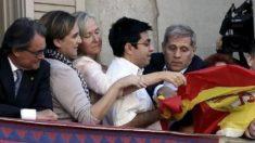 Artur Mas y Ada Colau observan a Gerardo Pisarello tirar la bandera española desde el balcón del Ayuntamiento, con Alberto Fernández tratando de evitarlo.