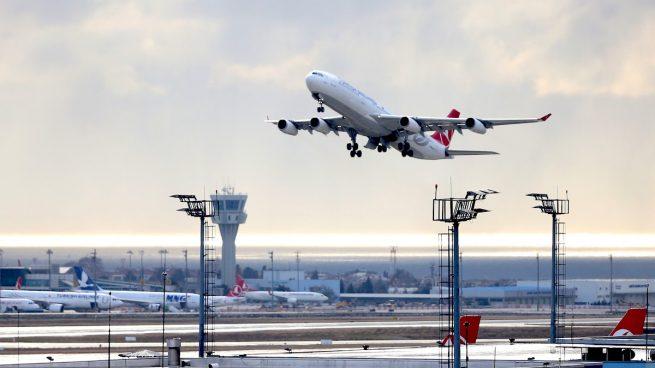 Avión de Turkish Airlines despegando en Estambul