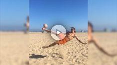 Ibrahimovic hace una volea en la playa.
