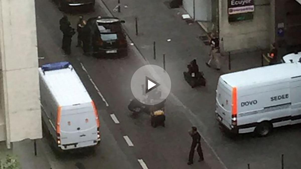 Dispositivo policial en Bruselas ante la actitud sospechosa de un hombre que podría ir cargado de explosivos. (TW)