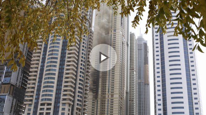 Aparatoso incendio en un rascacielos de 75 plantas en Dubai