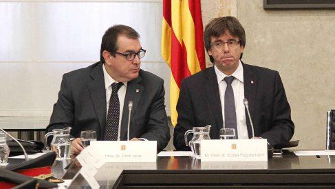 El ex consejero Jordi Jané y el ex president Carles Puigdemont. (Foto: EFE)