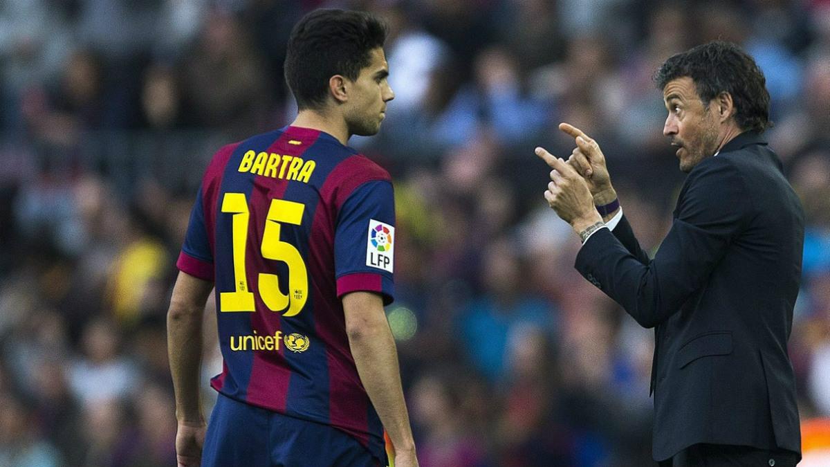 Luis Enrique da indicaciones a Bartra, uno de los afectados por la operación salida en el Barça.
