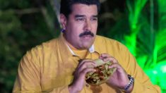 Nicolás Maduro comiendo una arepa, con la que McDonald's sustituye sus problemas de abastecimineto.
