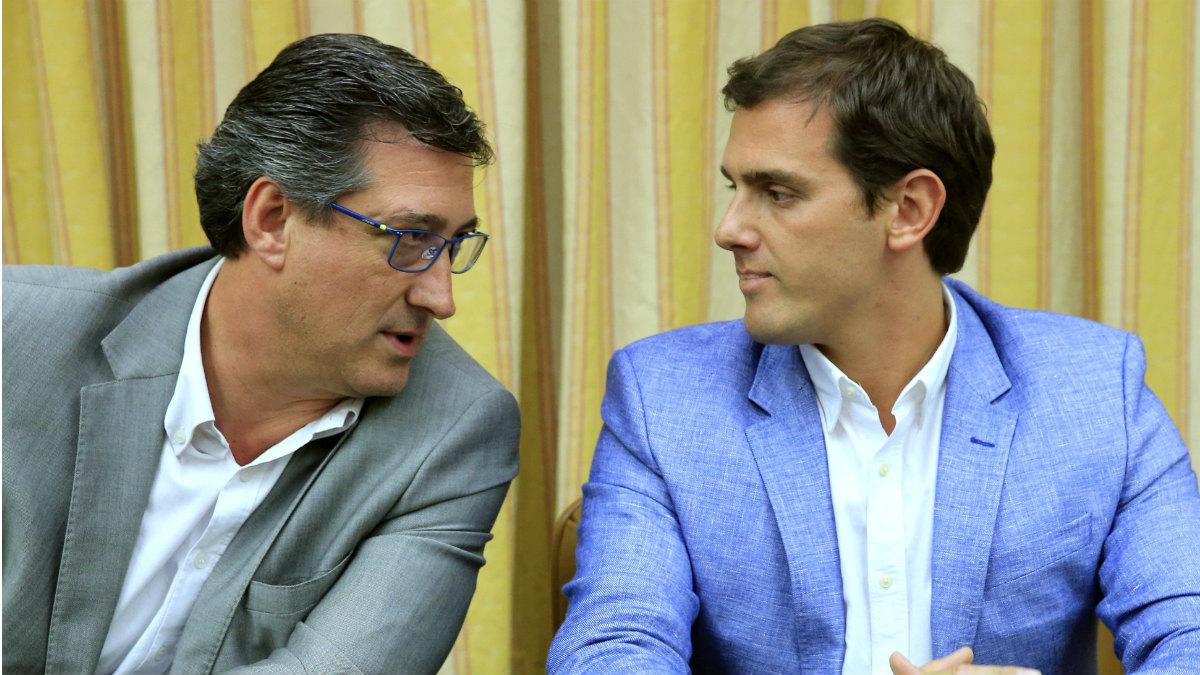 Ignacio Prendes y Albert Rivera. (Foto: EFE)