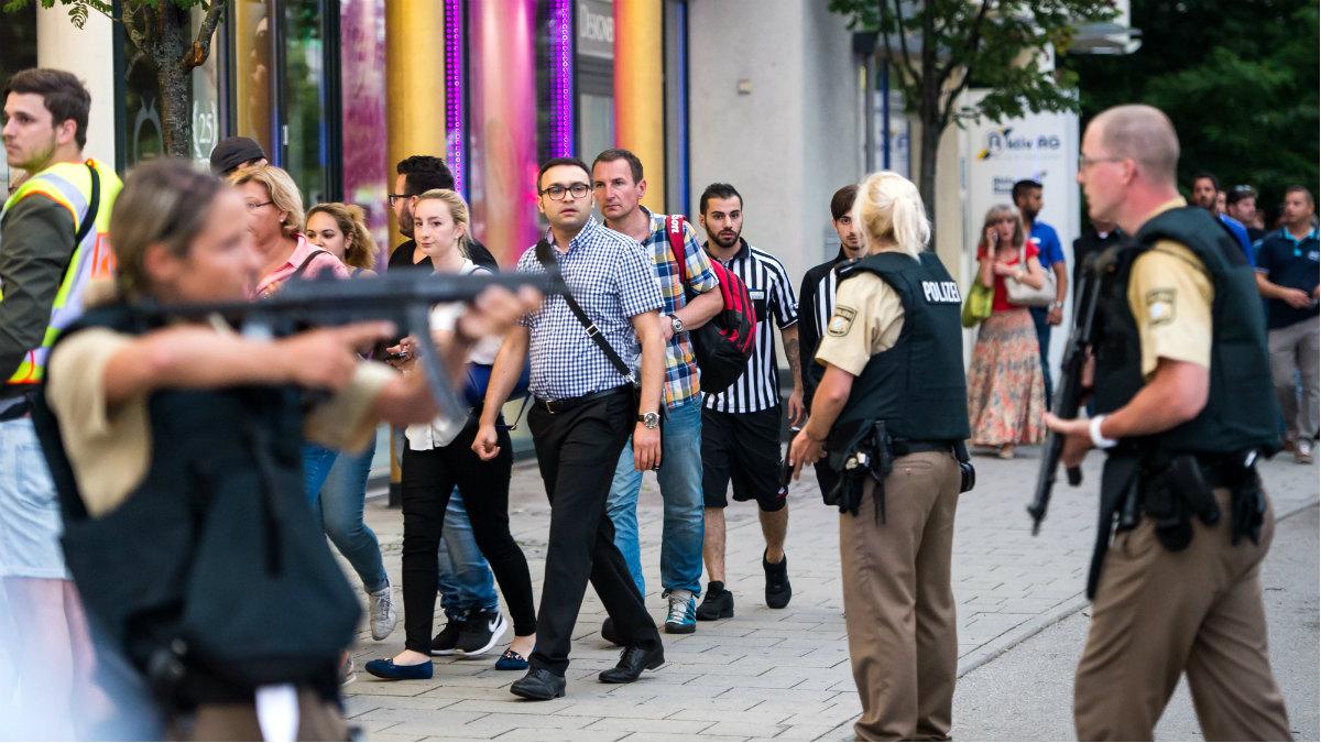 La policía y el ejército ha tomado las calles de Múnich, tras el atentado terrorista. (AFP)