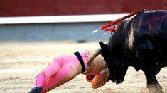 Momento de una de las cornadas sufridas por Pablo Belando (Foto: Reuters).