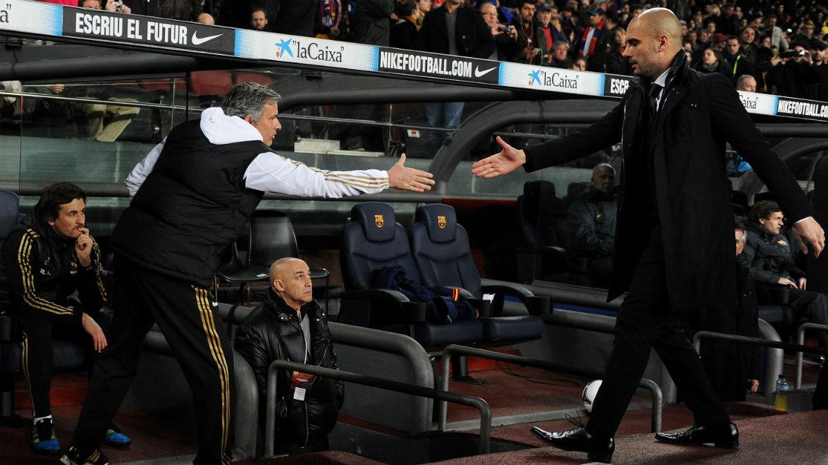 Guardiola y Mourinho se saludan antes de un Barça-Madrid. (Getty)