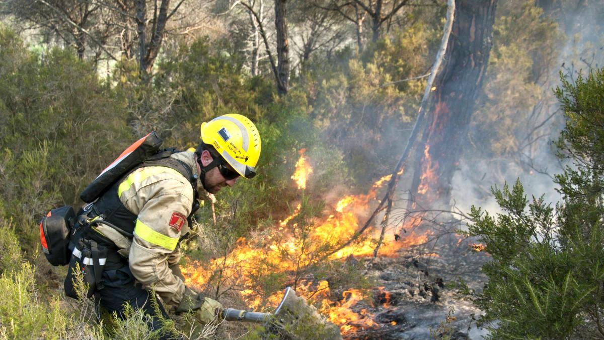 Un bombero trabaja en la extinción del incendio (Foto: Efe).