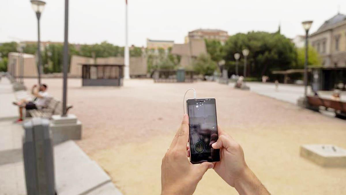 Cazando Pokémons con un móvil (EFE)