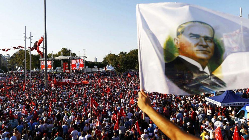 Una imagen de Kemal Atatürk entre la multitud manifestada en Estambul (Reuters)
