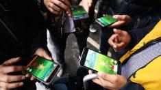 Jóvenes jugando con Pokémon Go (Foto: GETTY).