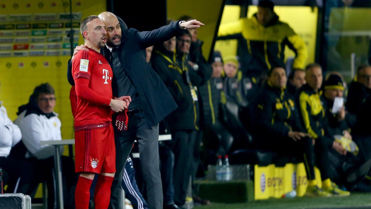 Guardiola da instrucciones a Ribéry. (Getty)