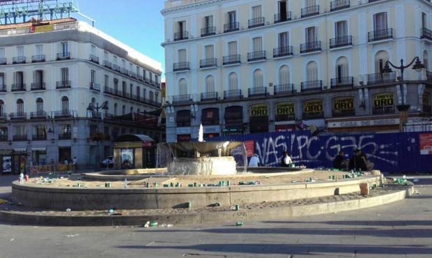 Botellódromo en la Puerta del Sol a las 8:40. (Foto: PP)