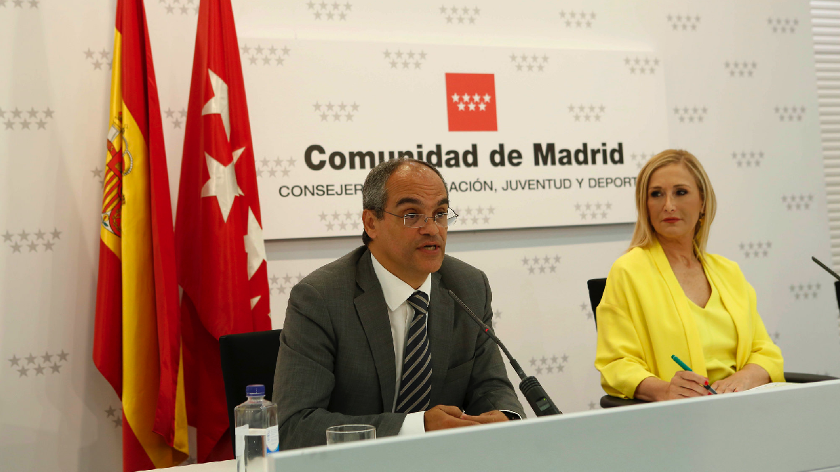 Cifuentes ante la prensa con su consejero de Educación, Rafael Van Grieken. (Foto: CAM)