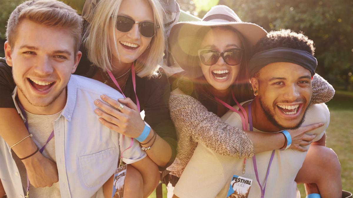 Jóvenes en un festival de música (Foto: GETTY/ISTOCK).
