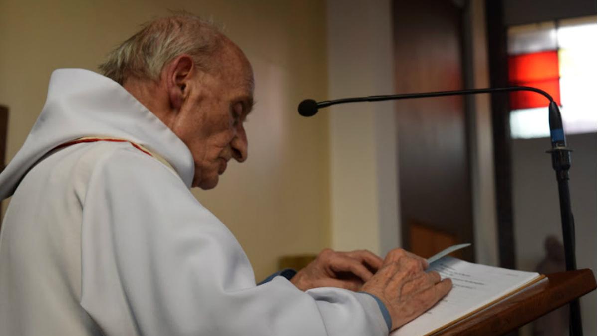 El padre Hamel, en un oficio religioso en Saint Etienne du Rouvray. (Reuters)