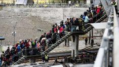 Refugiados se organizan en una fila en Malmö, Suecia (Reuters)