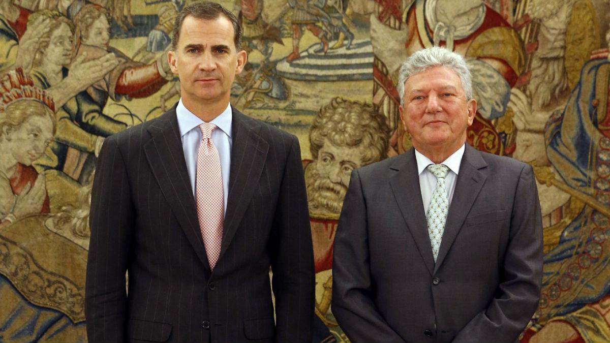 El representante de Nueva Canarias, Pedro Quevedo, junto al Rey Felipe VI. (Foto:EFE)