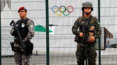 Los policías están desplegados cerca de la Villa Olímpica de Río.