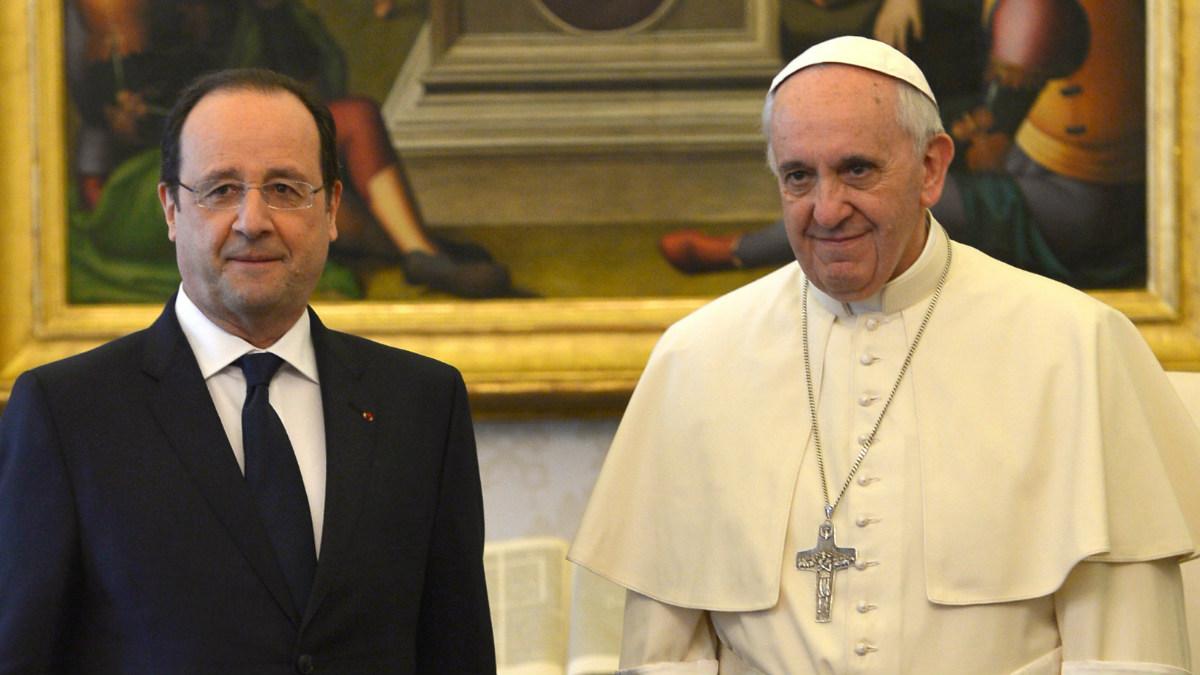 El mandatario galo, François Hollande, junto con el Papa Francisco en el Vaticano durante un encuentro pasado. (Foto: Agencias)