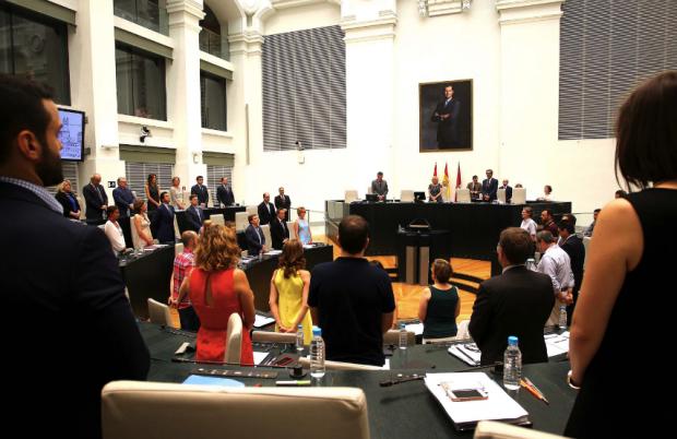 Minuto de silencio este miércoles en el Pleno por los últimos atentados. (Foto: Madrid)