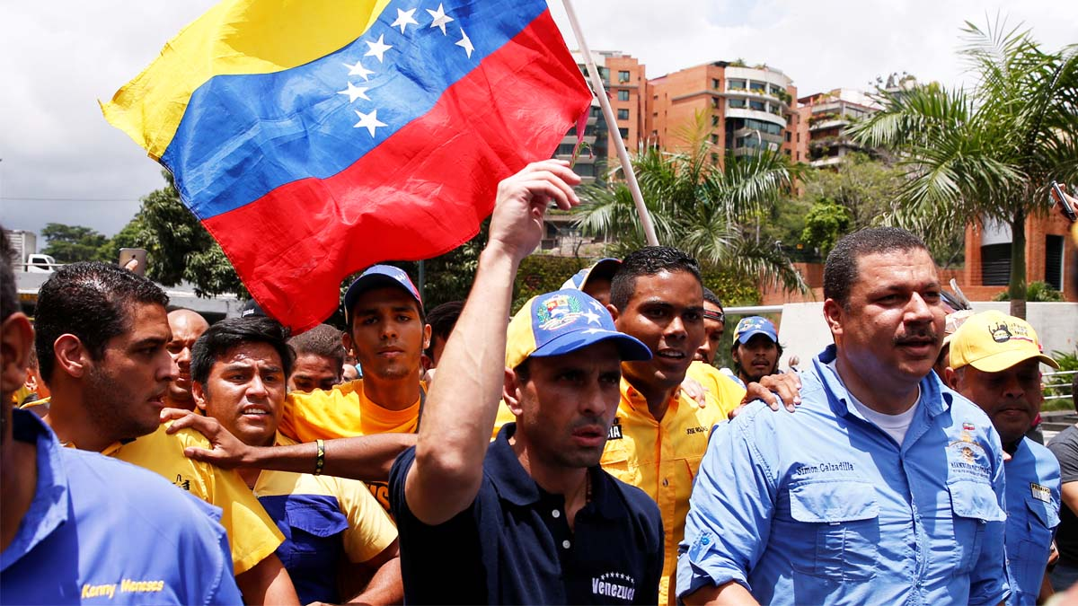 El opositor Henrique Capriles durante la marcha (Foto: Reuters)