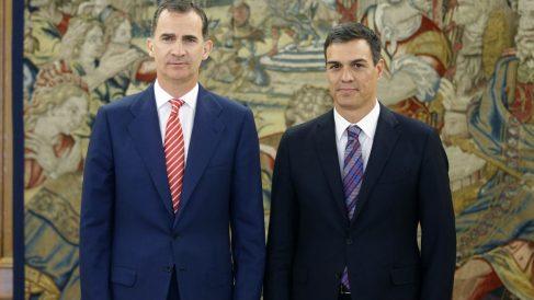 El Rey Felipe VI  y Pedro Sánchez en Zarzuela. (Foto: EFE)