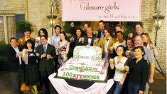 El equipo al completo de Las Chicas Gilmore celebraba en 2005 el rodaje del episodio 100 de la serie que finalizó en 2007. (Foto: GEtty)