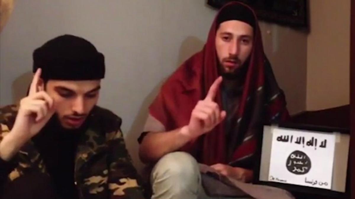 Adel Kermiche (izqda) y Abdelmalik P. (dcha) son los dos terroristas que el martes degollaron a un sacerdote católico en la región francesa de Normandía.