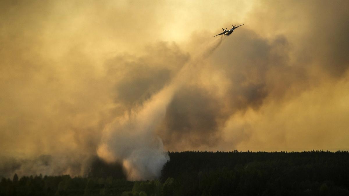 Un avión lucha contra las llamas en la zona de exclusión de Chernóbil. (Getty)