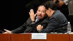 Daniel Ortega departe con Nicolás Maduro en un acto en Caracas. (AFP)