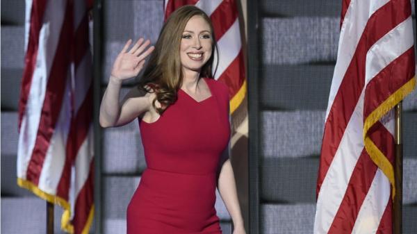 Chelsea Clinton, fruto del matrimonio entre Bill y Hillary Clinton, también subió al escenario a apoyar en la candidatura a su madre. (Foto: Agencias)